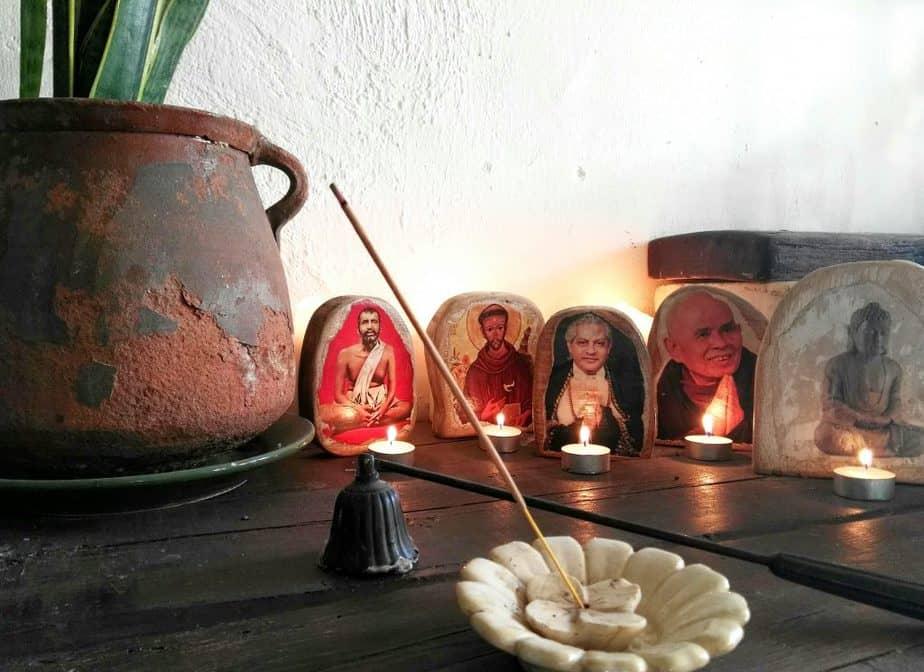 iconos de madera en un altar de meditación