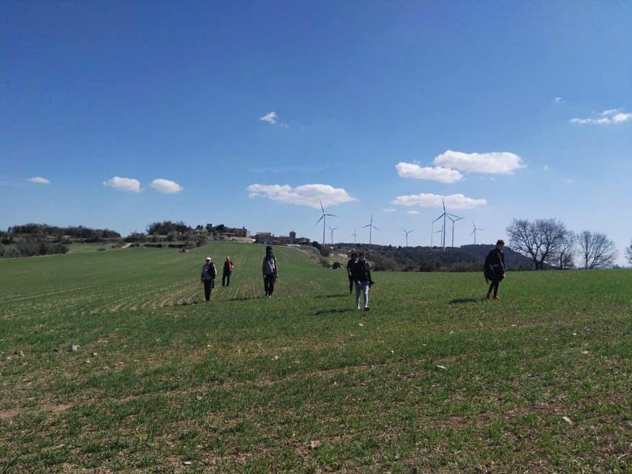 caminando por los campos de  la escuela del arte de vivir