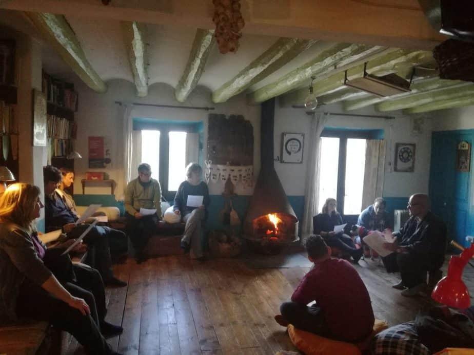cantar es una de las actividades en los retiros y cursos de meditación y creatividad