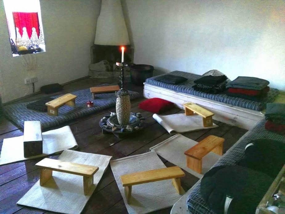sala de meditación del retiro