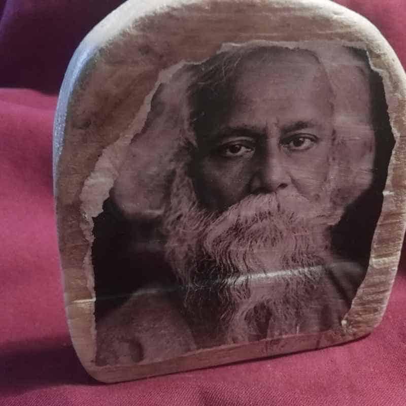 Tagore en icono de madera