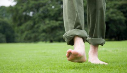 caminar descalzo como acariciando la tierra con los pies