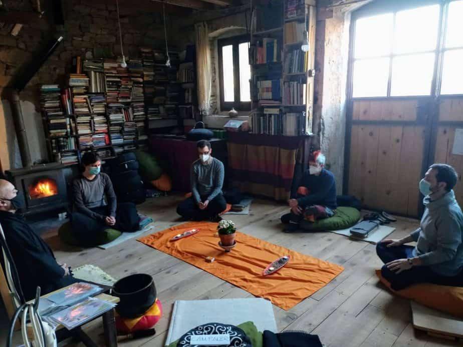 meditacion sentados en el aula