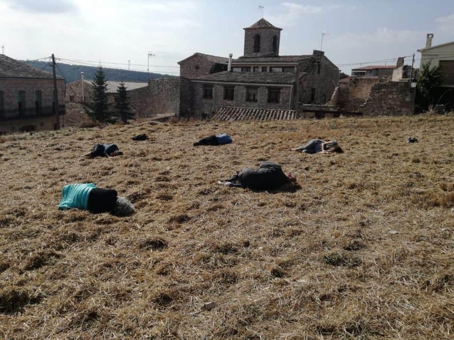 descansando sobre la tierra